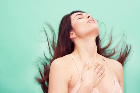 Frau vor Mintggrünem Hintergund mit braunen Haaren
