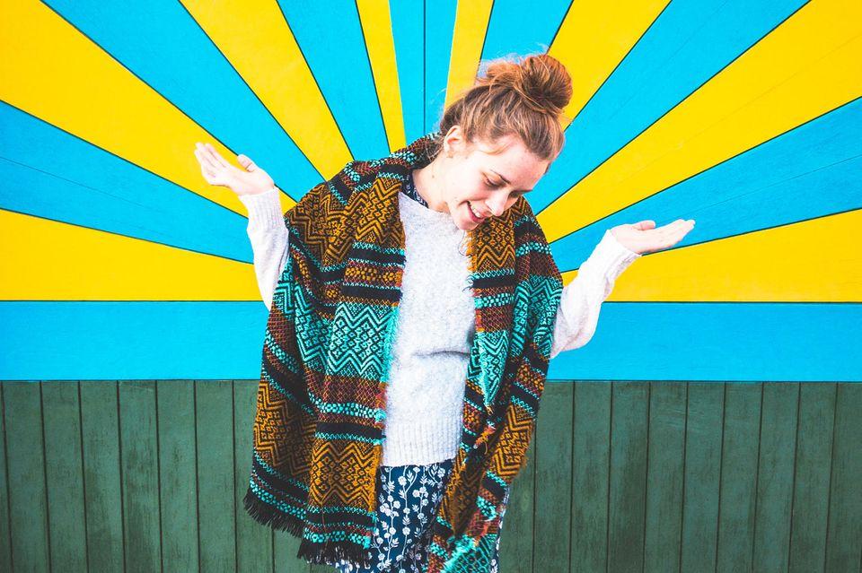 Gutes Leben: Frau posiert vor bunter Wand