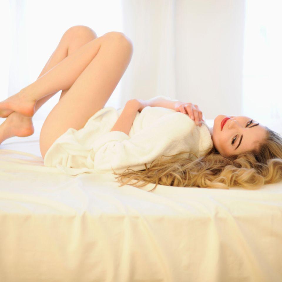 Übung: Frau liegt auf dem Bett