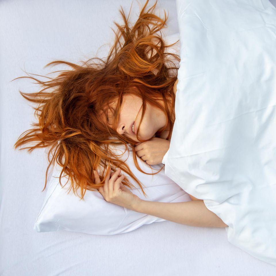 Was passiert, während wir schlafen? Eine schlafende Frau im Bett