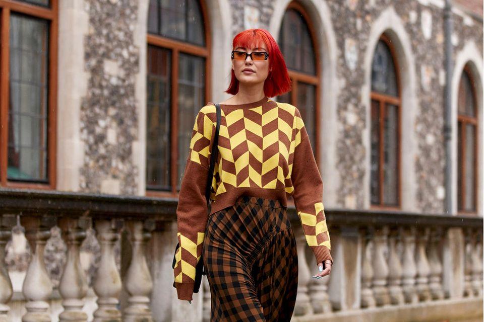 Pullover-Trends: Eine Besucherin der Londoner Fashion Week