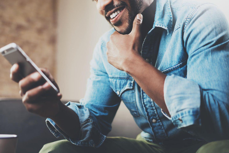 lächelnder Mann am Handy