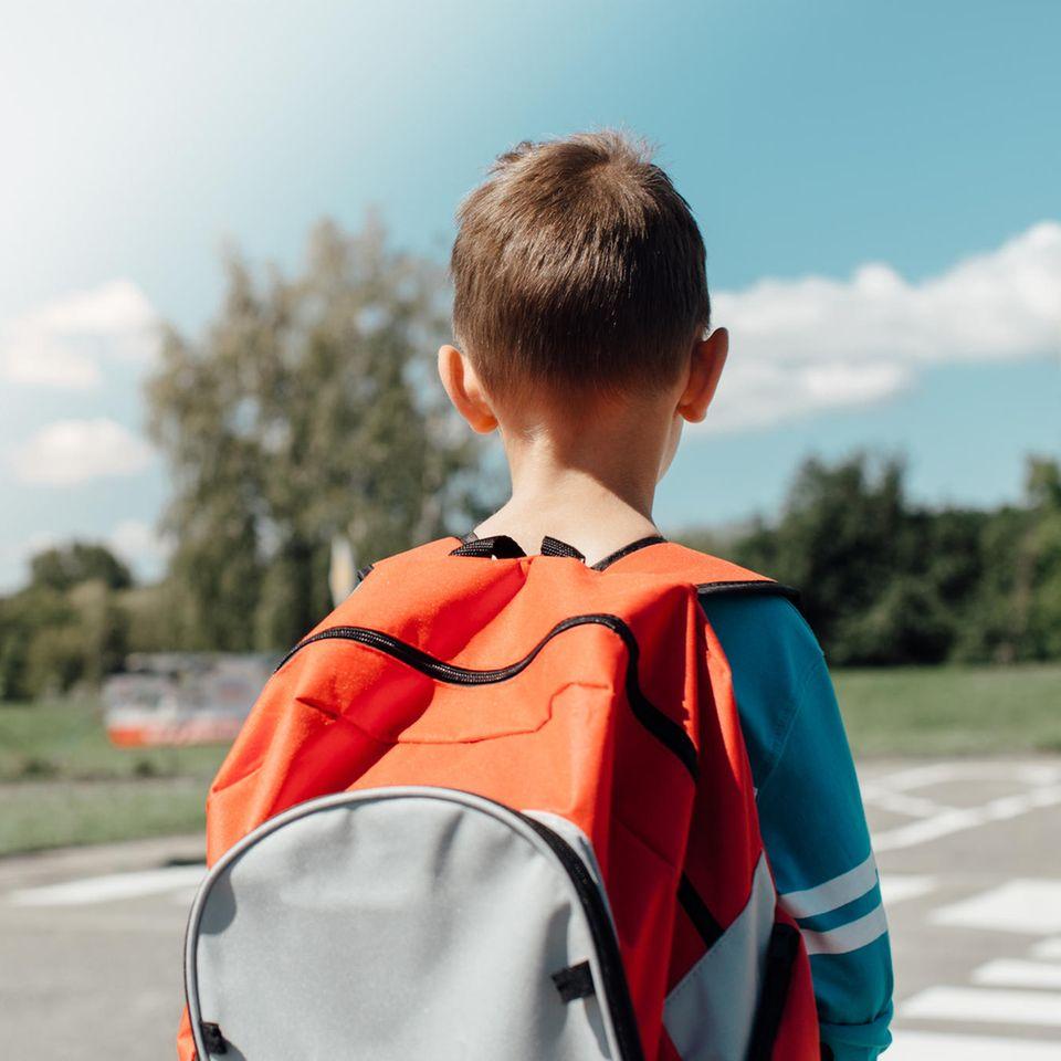 kleiner Junge auf Straße
