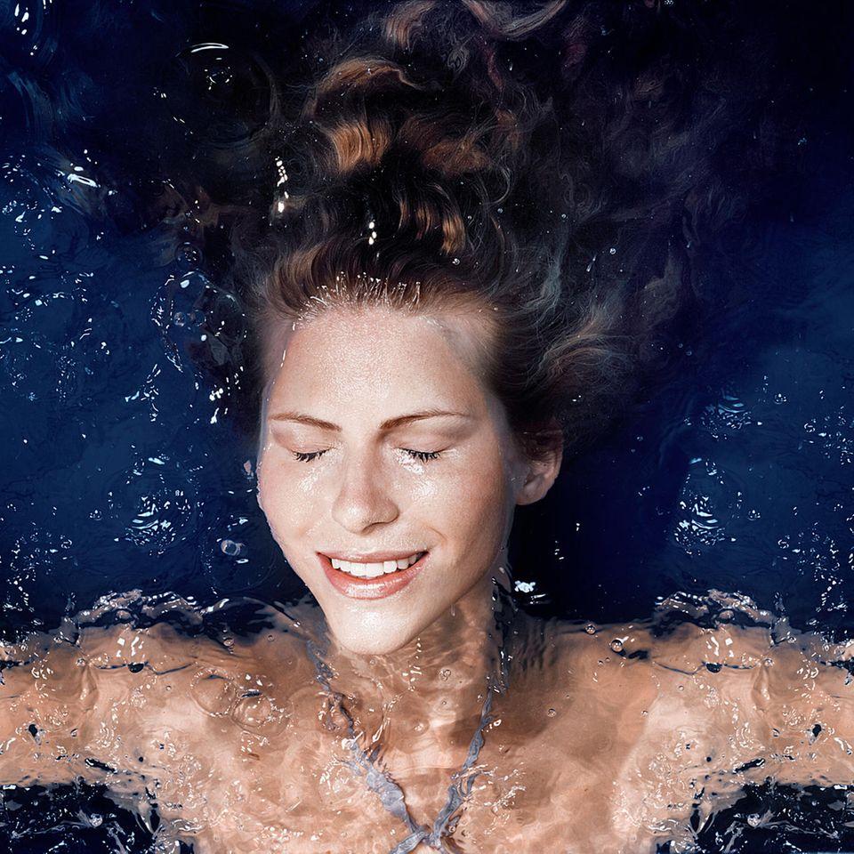Frau treibt in Wasser