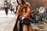 Leder und Fake Fur sind zu viel des Guten? Nicht, wenn es nach den skandinavischen Fashionistas geht. Lässig geschnitten und mit ein paar coolen Plateau-Boots dazu wird aus dem Duo im Nu ein echter Trend-Look.