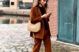 Cord ist back und das cooler als je zuvor. Der braune Zweiteiler aus Blazer und Schlaghose verpasst dem Retro-Material ein trendy Style-Upgrade und macht diesen Look nicht nur super entspannt, sondern auch zum Liebling der Fashionistas in Copenhagen und Co.