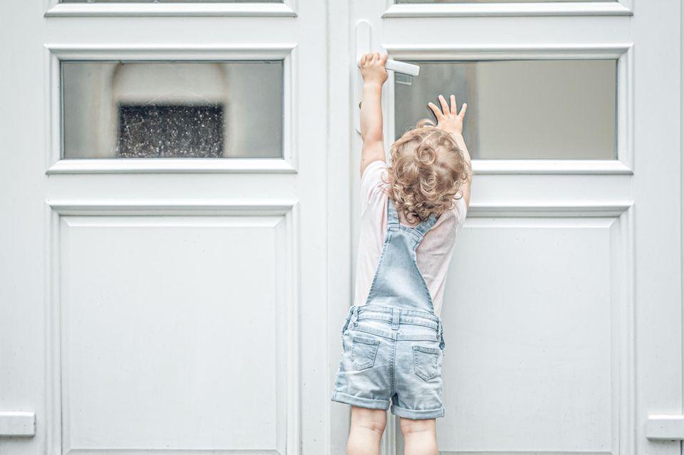Freiraum: Kind möchte Tür öffnen