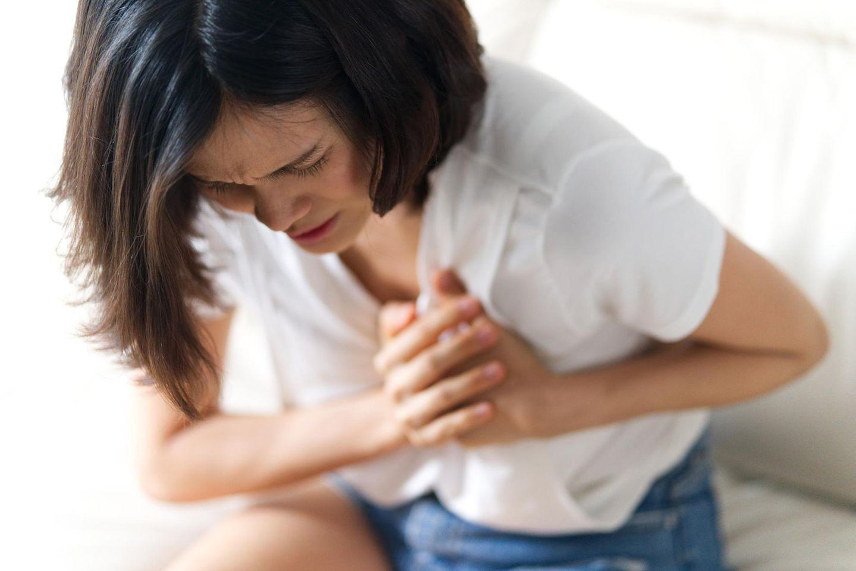 Herzgesundheit: Frau hält Hände auf Herz