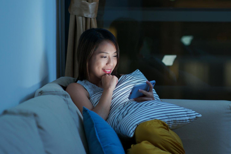 Die Wahrheit und nichts als die Wahrheit: Frau am Handy