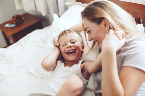 Neun wichtige Sätze in der Kindererziehung: Mutter vertraut mit Sohn