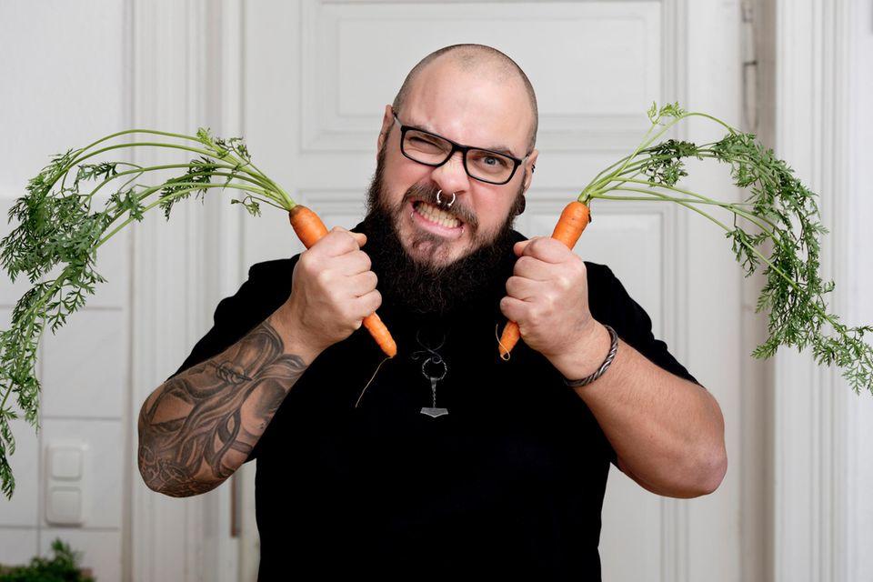 Unverträglichkeit: Wütender Mann mit Karotten in der Hand