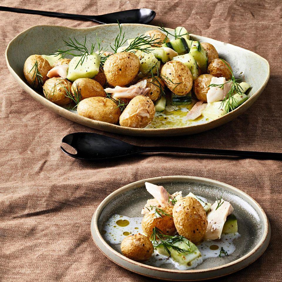 Kartoffel-Gurken-Salat mit Forelle