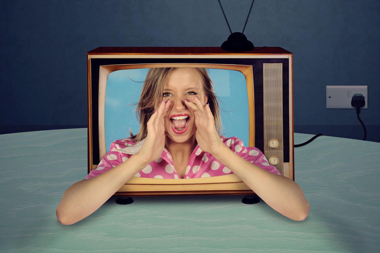 Filme: Frau ruft aus den Fernseher heraus