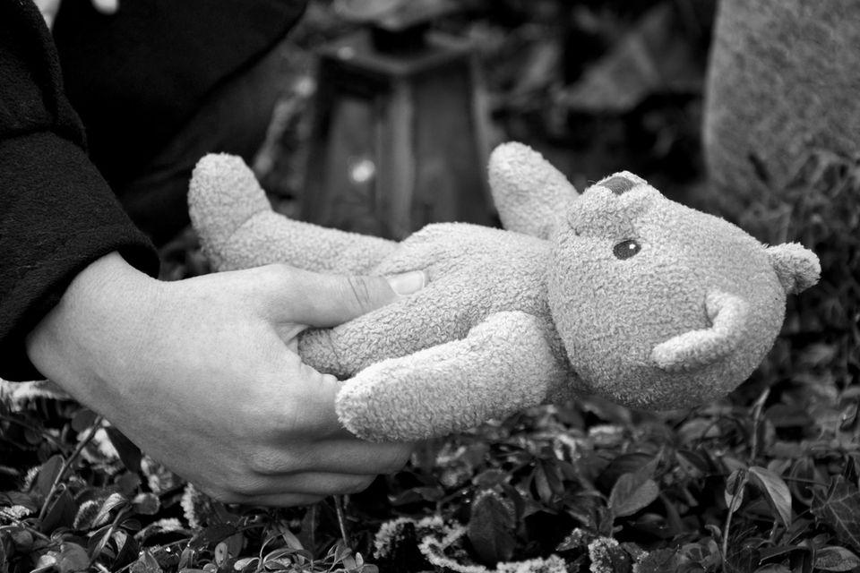 Solingen: Teddy am Grab
