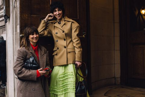 Opposite-Dressing: Besucherinnen der Fashion Week London