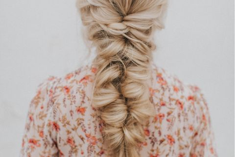 Frau mit Pull Through Braid