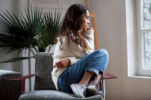 10-10-10-Methode: Eine Frau denkt über eine schwere Entscheidung nach