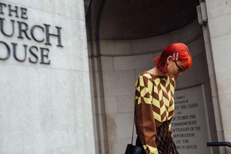 Kontroverse Frisuren: Eine Besucherin der Fashion Week in Londond