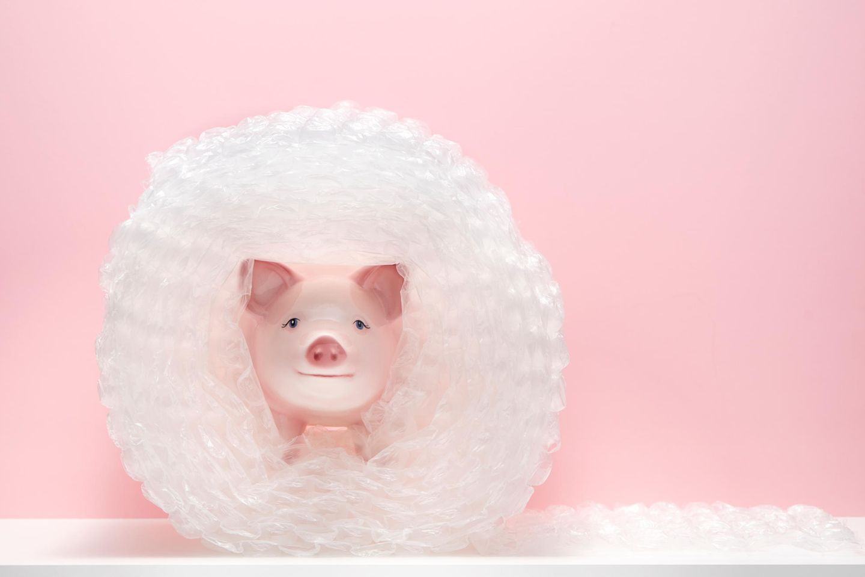Sparen: Sparschwein in Luftpolsterfolie