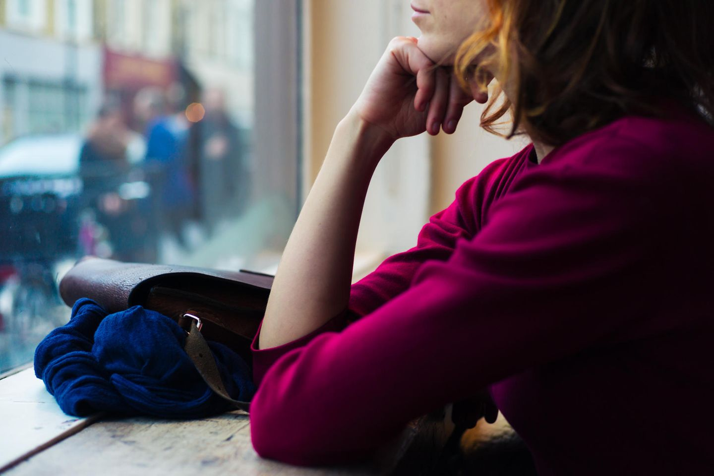 Freunde finden: Frau schaut aus dem Fenster