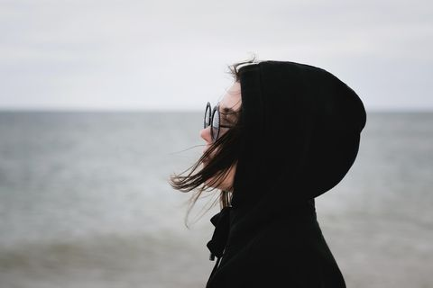 Warum fühlt man sich gekränkt? Eine junge Frau im Profil