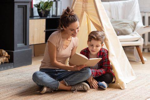 Erziehung : Mutter liest Sohn vor