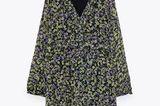 Lässiger Schnitt, süße Blümchen, zarte Volants – dieses Kleid lässt auch im Herbst noch Sommergefühle aufkommen. Besonders cool kommt es übrigens im Mustermix mit Polka-Dot-Strumpfhose daher. Von Zara, um 40 Euro.