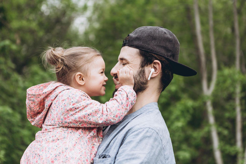 Papa teilt Tochter seinen Freund