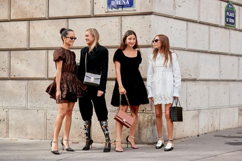 Capsule Wardrobe: Besucherinnen der Paris Fashion Week