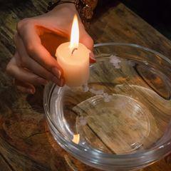 Haushalts-Tricks: Kerze über Wasserschüssel