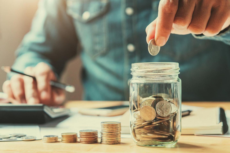 Lars Hattwig: Ein Mann packt Geld in sein Glas