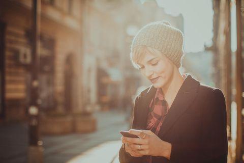 Horoskop: Eine hübsche Frau mit Handy