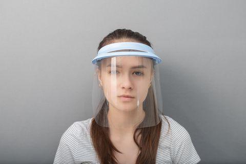 Plexiglas-Maske: Frau mit Gesichtsschild