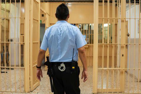 Justizvollzugsbeamter im Gefängnis
