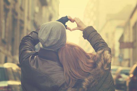Horoskop: Ein Pärchen hält ein Herz in den Himmel