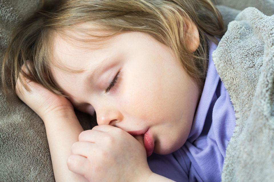 Marotten: Kleinkind lutscht am Daumen