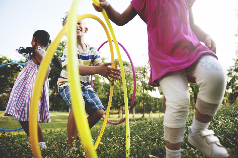 Frühe Suchtprävention: Kinder spielen draußen