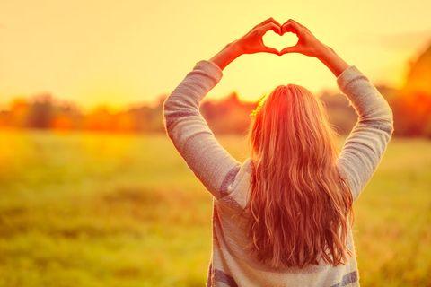 3 Sternzeichen, die ab 11. September das beste Wochenende haben: Frau formt Herz mit Händen