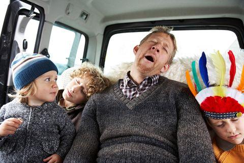 Müder Mann mit Kindern