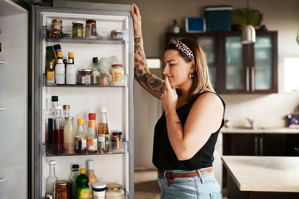 Diät-Tipps: Frau steht vor den Kühlschrank