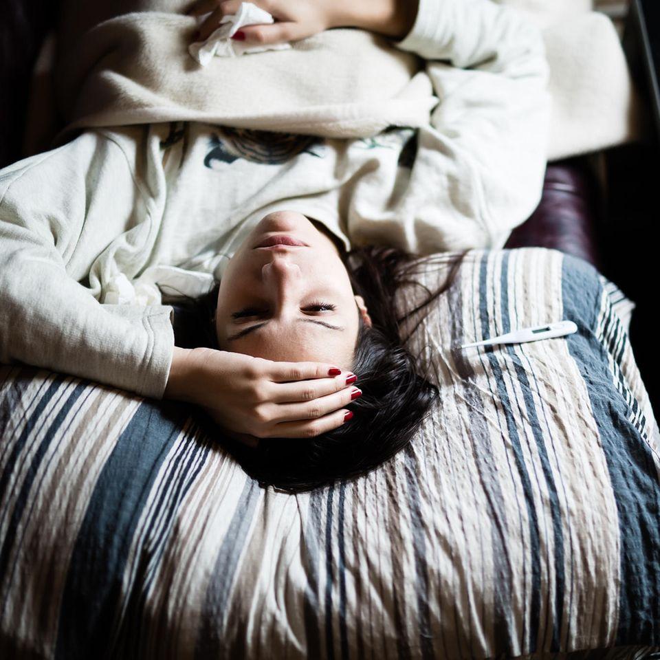 Corona aktuell: Frau mit Erkältung