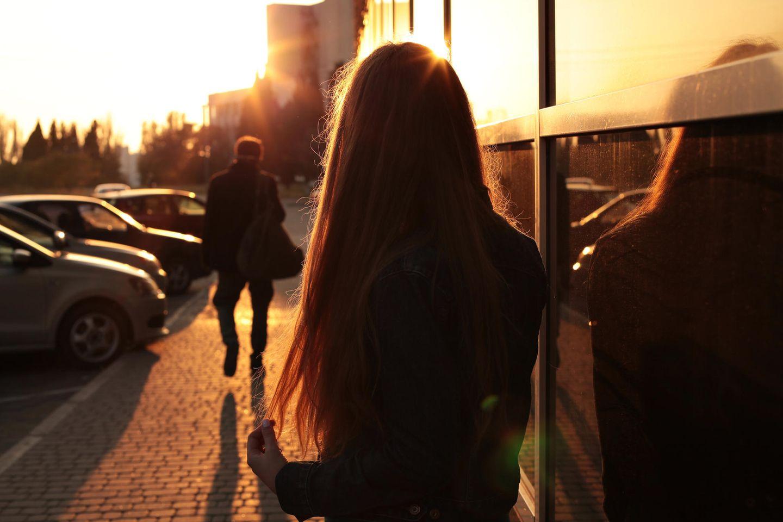 Whisper: Eine Frau schaut einem Mann hinterher