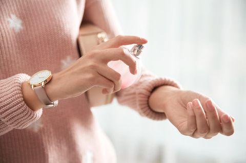 Duftgeheimnisse von Frauen, die immer gut riechen