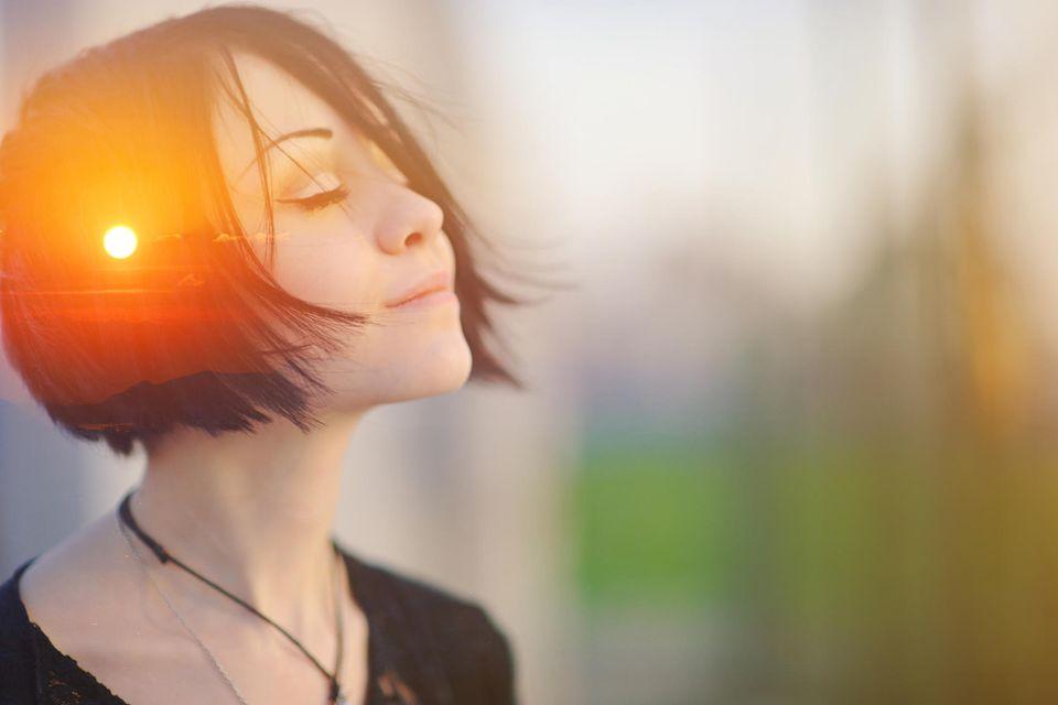 Energie aufladen: Frau mit Sonne