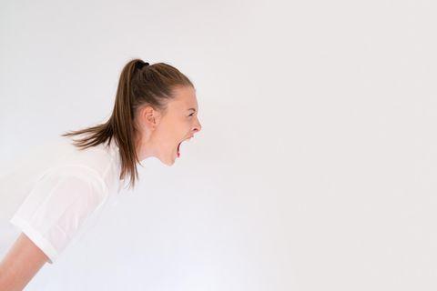 Frau schreit