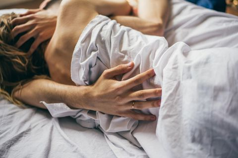 Partnerschaft: Paar intim im Bett