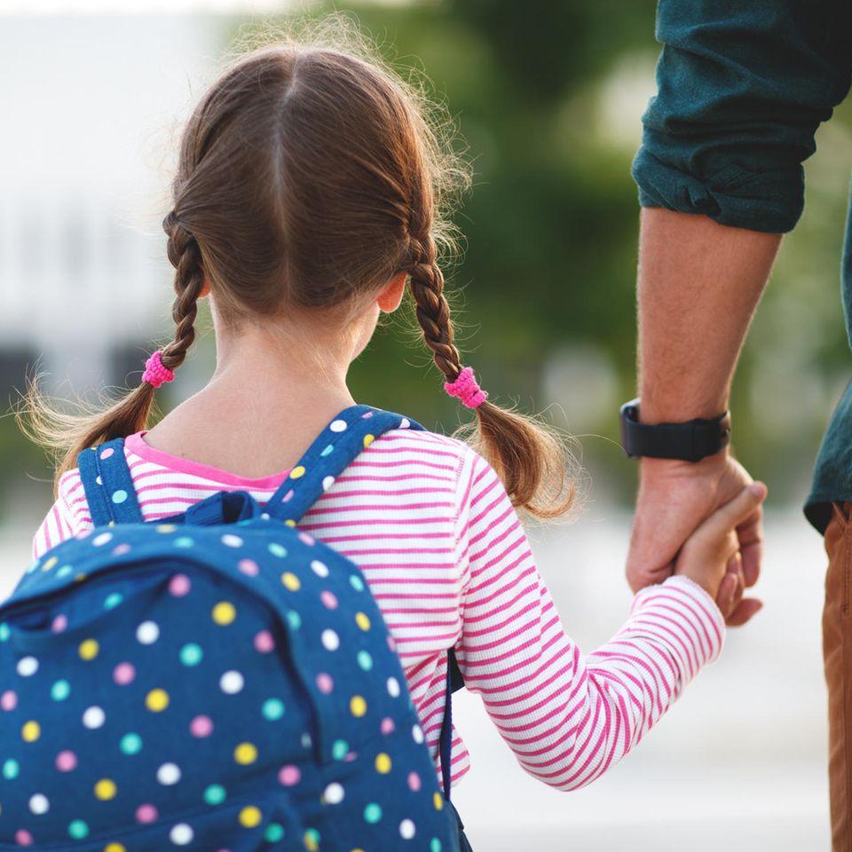 Familienleben: Vater und Tochter Hand in Hand