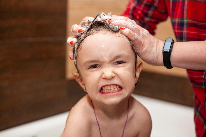Kleinkinder: Kind beim Haarewaschen