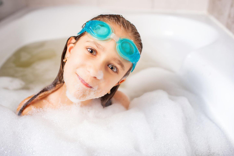 Kleinkinder: Kind mit Schwimmbrille in Badewanne