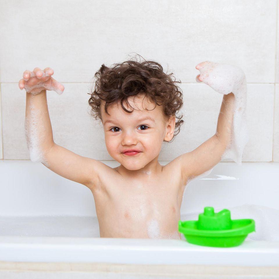 Kleinkinder: Junge in der Badewanne